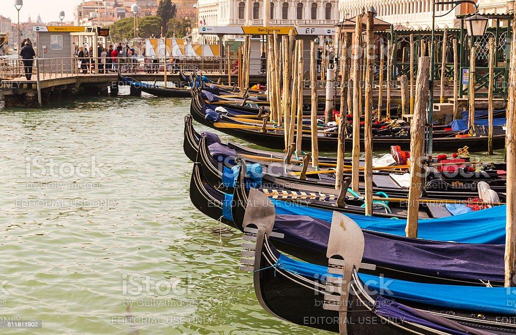 Gondoles amarré dans le port de Venise - Photo