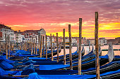 Il famoso ponte dei Sospiri, uno dei ponti più celebri di Venezia, incorniciato negli archi del Ponte della Paglia al calar del sole fra i canali della Serenissima.