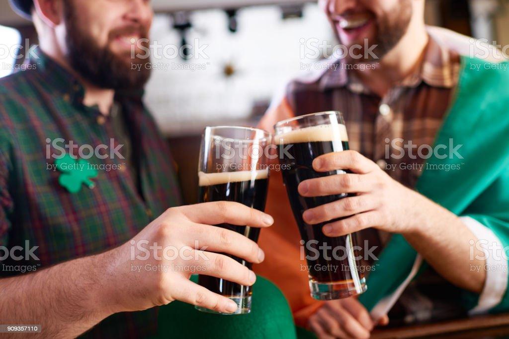 Buena cerveza para buenos amigos - foto de stock