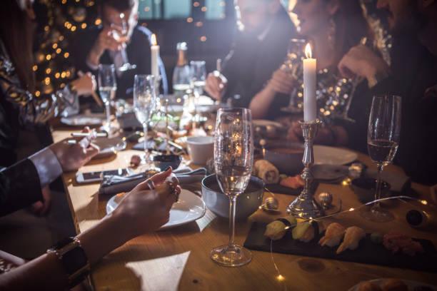 bonne cuisine nous mis réuni - diner entre amis photos et images de collection