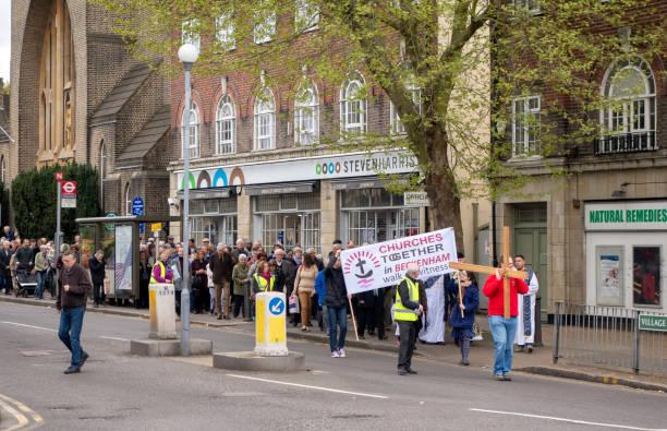 """karfreitag """"walk zeugen"""" in beckenham, kent - beckenham town stock-fotos und bilder"""
