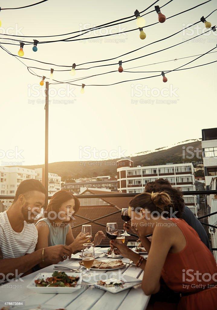 Buoni amici buon cibo = divertimento - foto stock