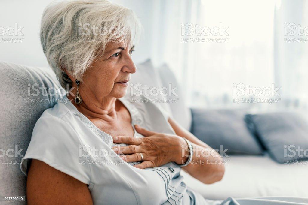 Buen aspecto envejecido a mujer tener ataque al corazón - foto de stock