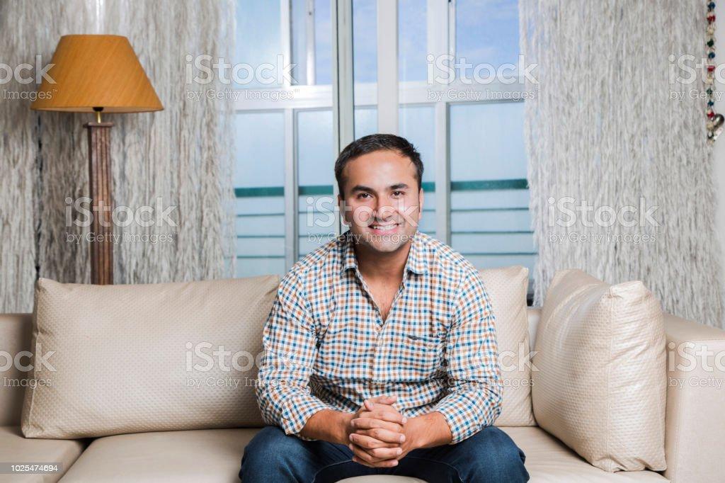 Gut aussehende Mann auf Sofa im Porträt - Stock Bild – Foto
