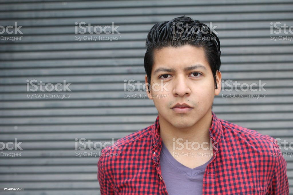 Buen hombre hispano buscando aislado con copyspace - foto de stock