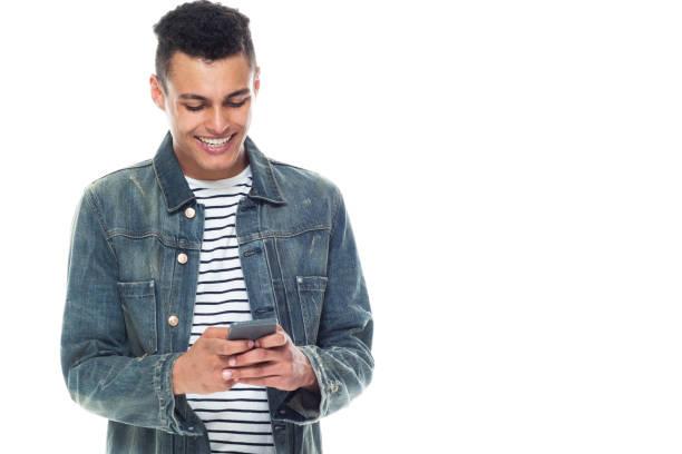 Gut aussehende große schwarze Mann mit Denim-Jacke-Textnachrichten auf Smartphone – Foto