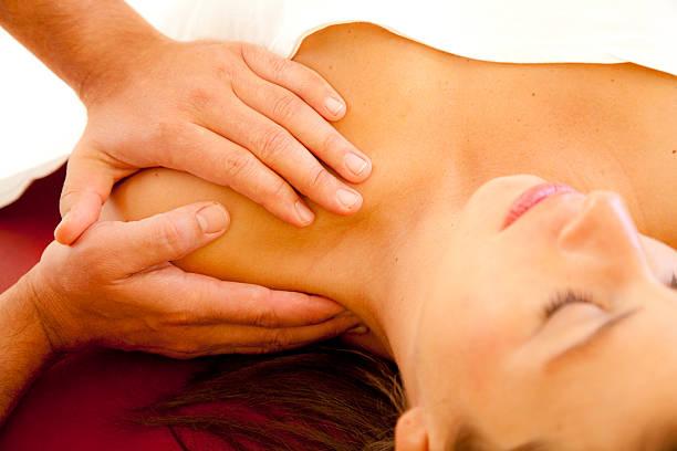 Gut aussehende Frau erhalten eine massage in der Schulter – Foto