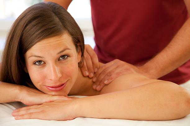 Gut aussehende Frau erhalten eine massage – Foto