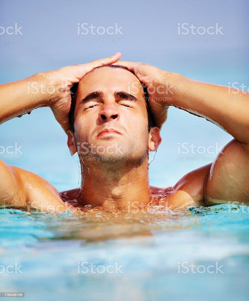 Gut aussehende junge Mann im Wasser entspannen Lizenzfreies stock-foto