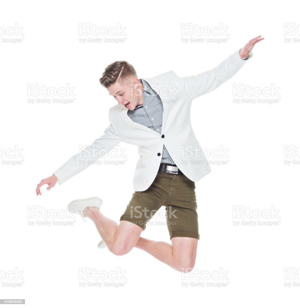 Gut aussehender junger Mann springen und Spaß – Foto