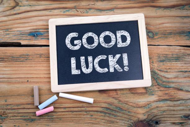 Viel Glück. Blackboard und alten Holztisch – Foto