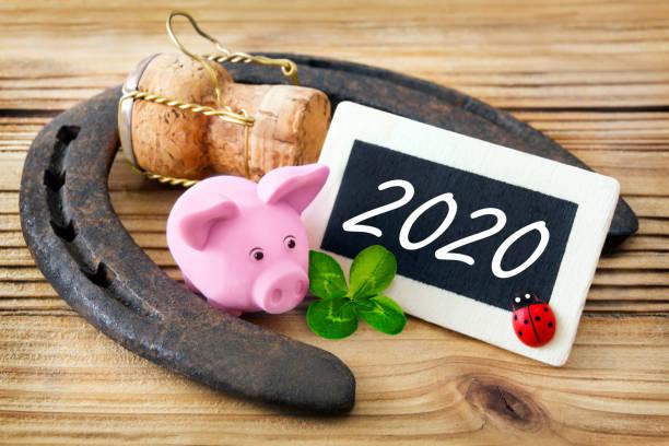 símbolos de buena suerte y etiqueta 2020 - buena suerte fotografías e imágenes de stock