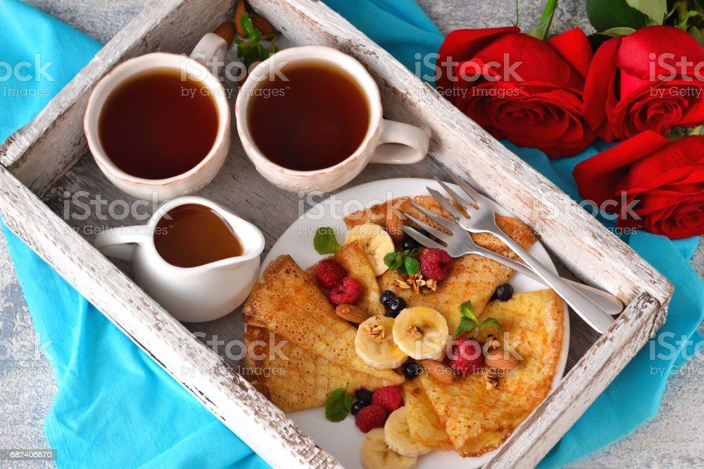 guten morgen fr hst ck im bett mit kaffee und pfannkuchen stock fotografie und mehr bilder von. Black Bedroom Furniture Sets. Home Design Ideas