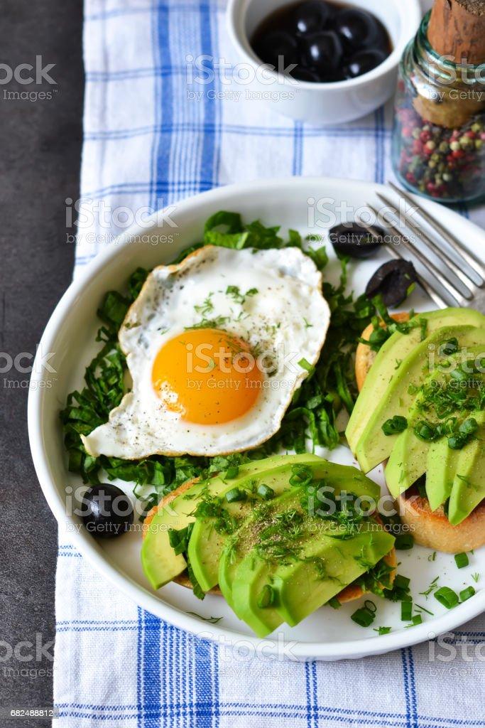 Good morning! Breakfast with toast with avocado, spinach and egg. foto de stock libre de derechos