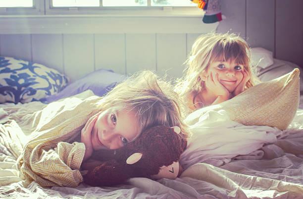 good morning girls - 姉妹 ストックフォトと画像