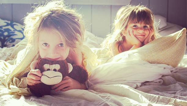 グッド朝の少女 - 姉妹 ストックフォトと画像