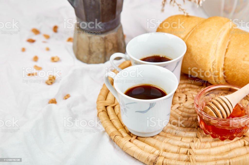 Guten Morgen Zwei Tassen Kaffee Mit Croissant Und Marmelade