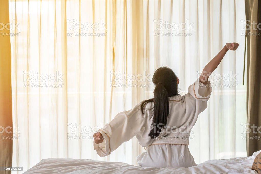 Wecken Sie Guten Morgen Durch Entspannende Asiatische Frau