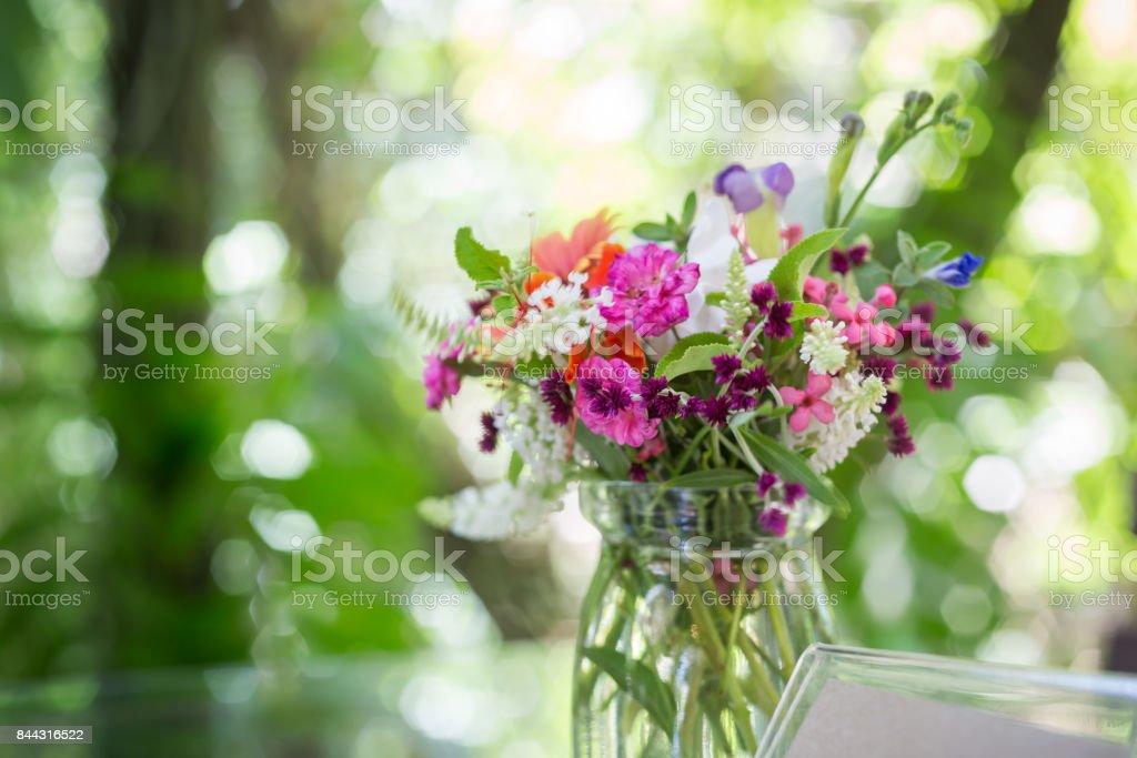 Guten Morgen Mit Blumenstrauß Auf Tisch Stockfoto Und Mehr