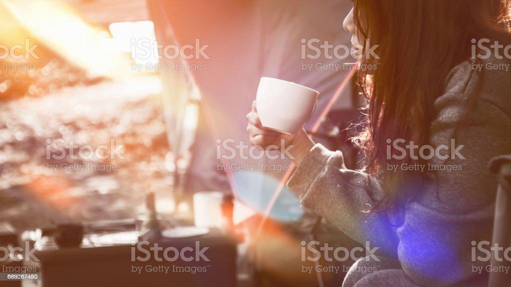 Guten Morgen Trinken Frauen Kaffee Camping Im Wald Stockfoto