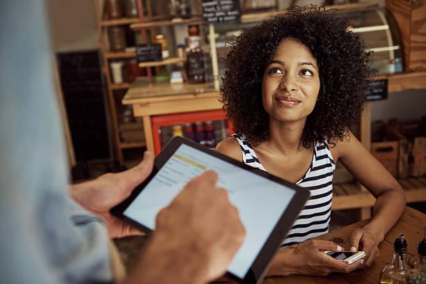 guter service für moderne zeiten - tablet mit displayinhalt stock-fotos und bilder