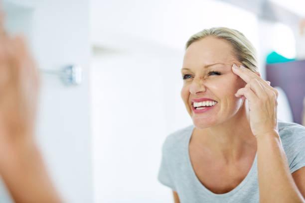 gute hautpflege gewohnheiten haben sie jünger aussehen - feminine badezimmer stock-fotos und bilder