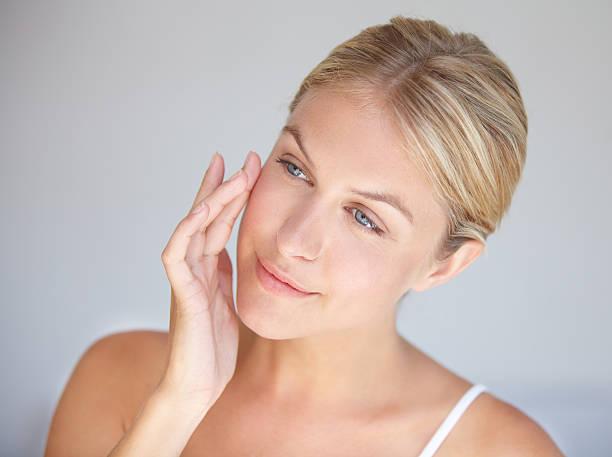 goodbye wrinkles, hello flawless skin! - kvinna ansikte glow bildbanksfoton och bilder