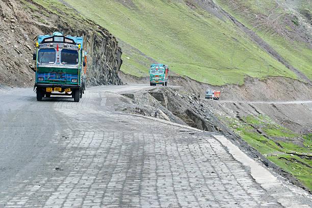 waren lkws durch zoji la pass srinagar leh-highway - pickup trucks stock-fotos und bilder