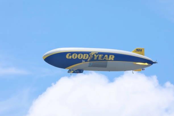 goodyear blimp riding on clouds - first responders zdjęcia i obrazy z banku zdjęć