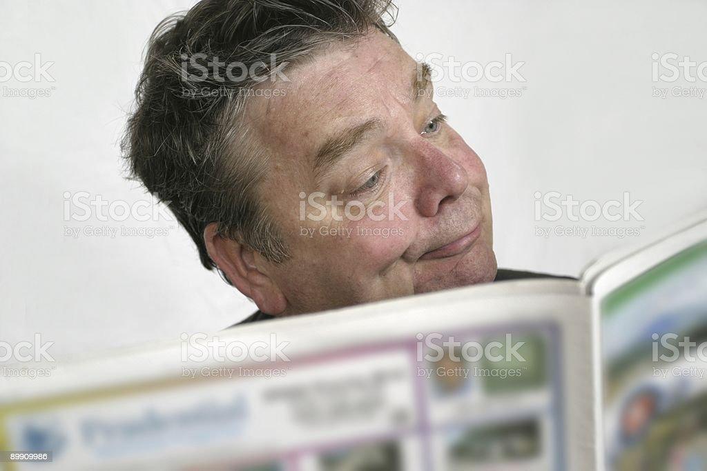 Payasear Guy lee el periódico foto de stock libre de derechos