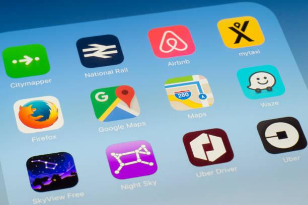 Google Maps, mapas y otros viajan Apps en pantalla del iPad - foto de stock