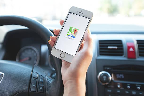 nawigacja google maps na apple iphone'a jest w użyciu. - google zdjęcia i obrazy z banku zdjęć