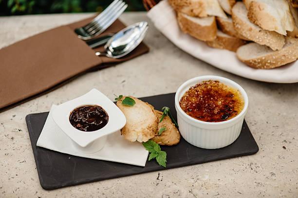 goose liver brulée with tomato-onion marmelade - brulée imagens e fotografias de stock