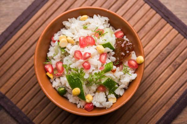 GopalKala oder Dahi Kala ist ein Prasad, Lord Krishna Janmashtami oder Gokulashtami angeboten. Gemacht mit ausgetretenen Reis, Quark/Milch, Zucker, Granatapfel, Chili, Gurke und Koriander – Foto