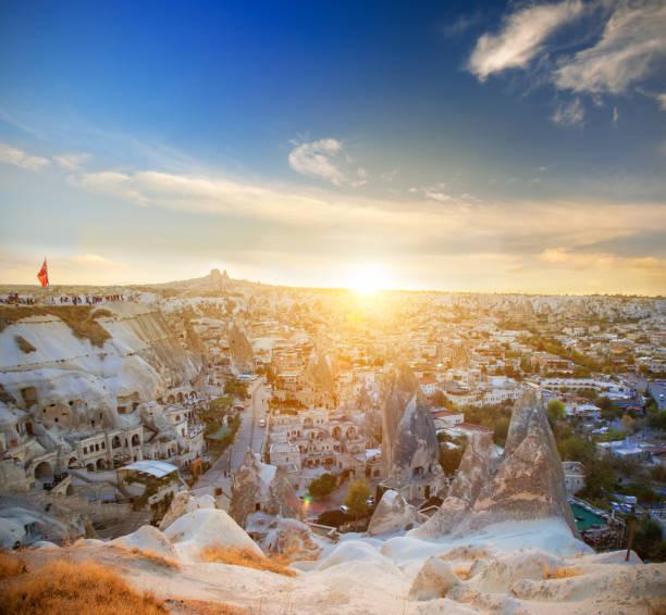 Göreme Stadt und Sonnenuntergang – Foto