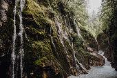 Klamm mit kleinem Wasserfall in der Nähe von Berchtesgaden