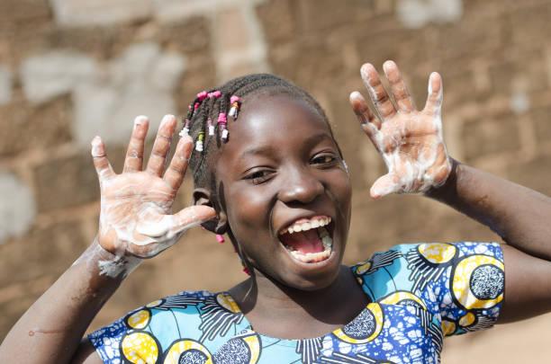 wunderschöne afrikanische schwarze girl mit seifigen händen im freien - hände wasser wasserhahn kinder lachen stock-fotos und bilder