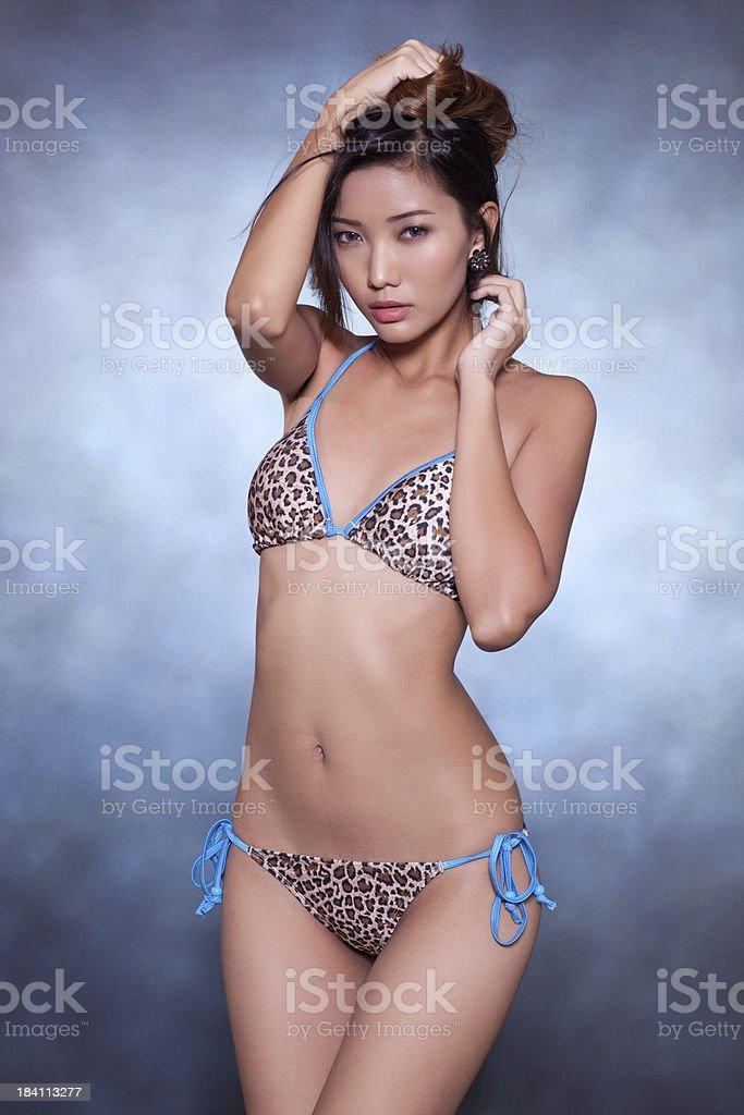 Hermosa Asiática Modelo De Traje De Baño Foto De Stock Y Más