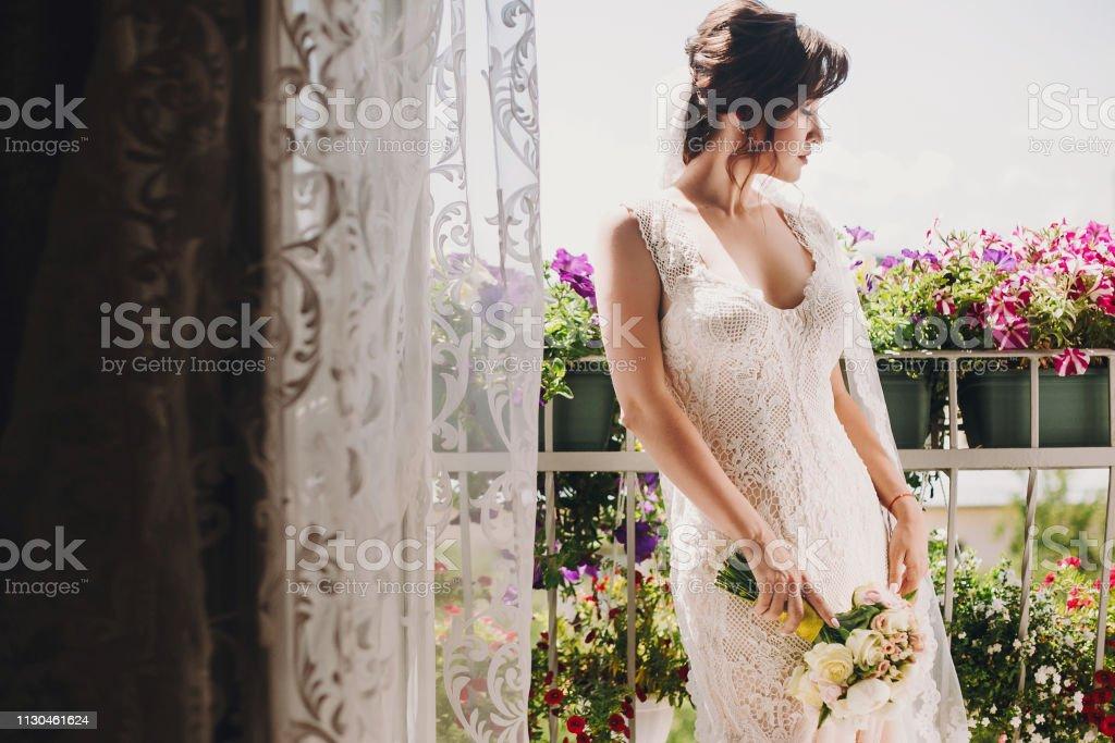 Foto De Noiva Linda Num Vestido Maravilhoso E Com Buquê De