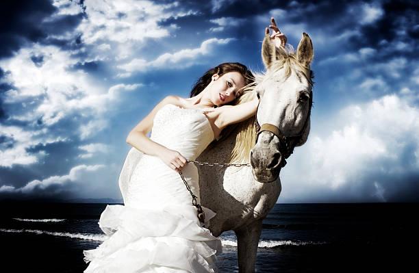wunderschöne braut mit white horse - brautkleid trägerlos stock-fotos und bilder