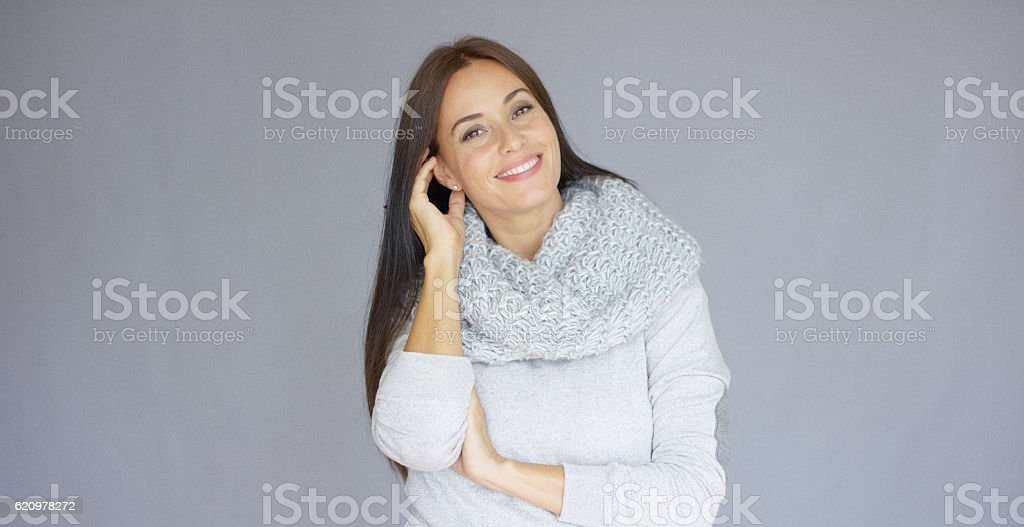 Gorgeous brunette woman posing isolated on gray background foto royalty-free