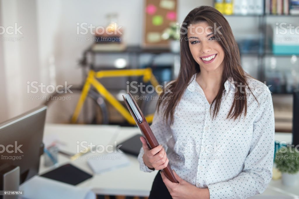 Wunderschöne Geschäftsfrau im Büro – Foto