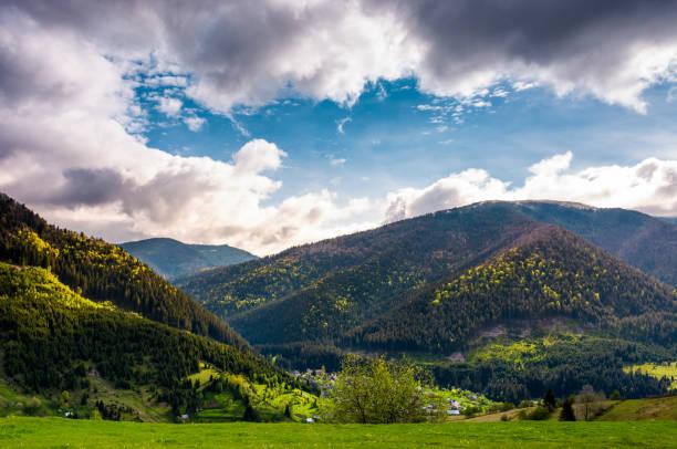 temps des carpates magnifique au printemps. - éther photos et images de collection