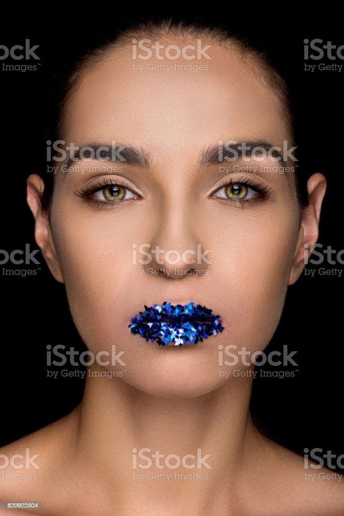 linda mulher elegante com brilhos azuis nos lábios, isolados no preto - foto de acervo