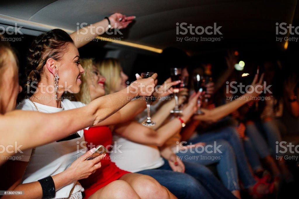 Superbes filles, s'amuser et boire tout en restant assis à l'intérieur de luxe limousin à partie de bachelorette. - Photo
