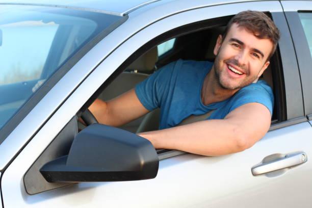 Homem lindo que conduz um carro - foto de acervo