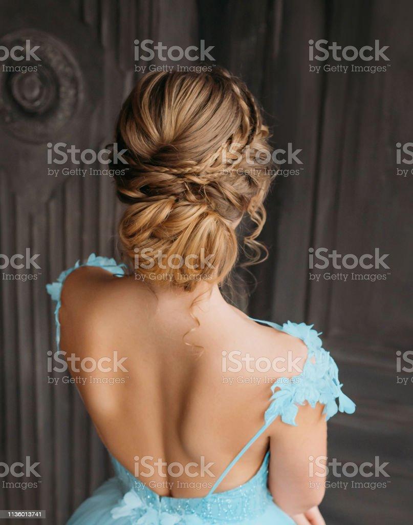 Wunderschöne Professionelle Frisur Für Blonde Lange Haare Werbeankündigung  Von Schönheitssalon Für Hochzeit Bild Des Absolventen In Blau Teuren