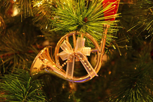 리본 보우 크리스마스 장식 반짝이 크리스마스 나무에 매달려 모양 화려한 반짝 골드 프렌치 호른 - 프렌치 호른 뉴스 사진 이미지