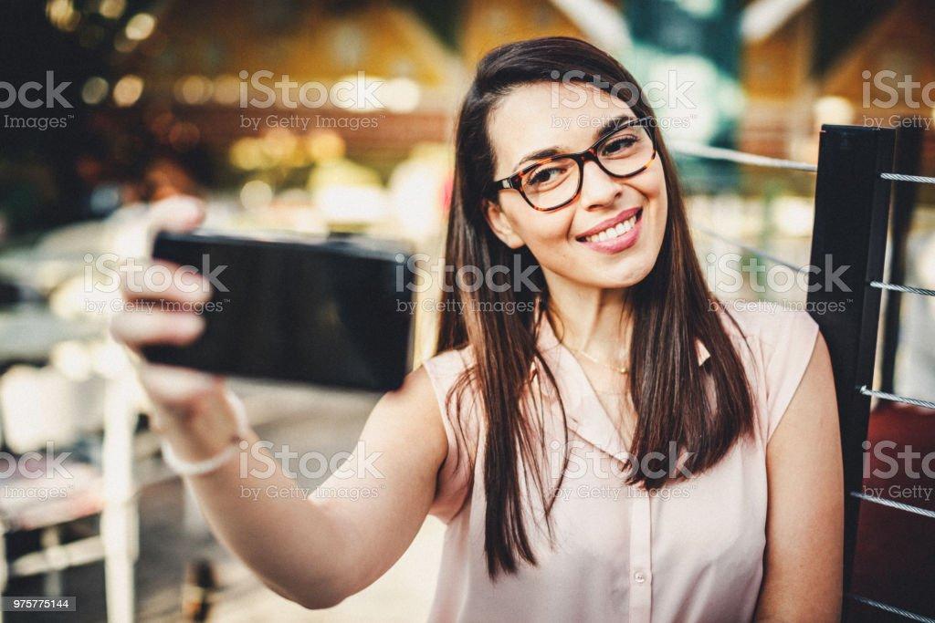 Wunderschöne lächelnde Frau macht ein Selbstporträt - Lizenzfrei Attraktive Frau Stock-Foto
