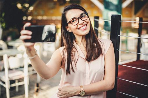 Wunderschöne Lächelnde Frau Macht Ein Selbstporträt Stockfoto und mehr Bilder von Attraktive Frau